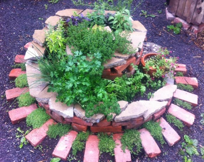 kräuterspirale stein kleine steine voller blüte backsteine heilpflanzen küchenkräuter Kräuterspirale bauen
