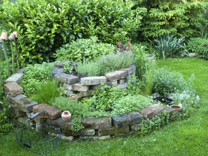 kräuterspirale stein kleine steine voller blüte prächtig Kräuterspirale bauen