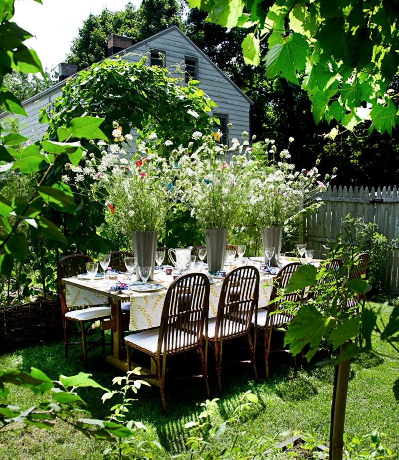 kreative Gartenideen Esszimmertisch mit Stühlen Deko Ideen Garten