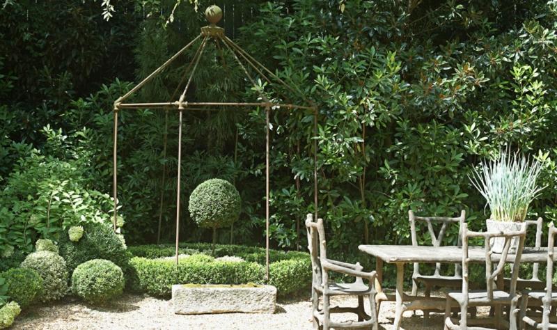 kreative Gartenideen Gartenmöbel Tisch mit Stühlen Gartenlaube Holz