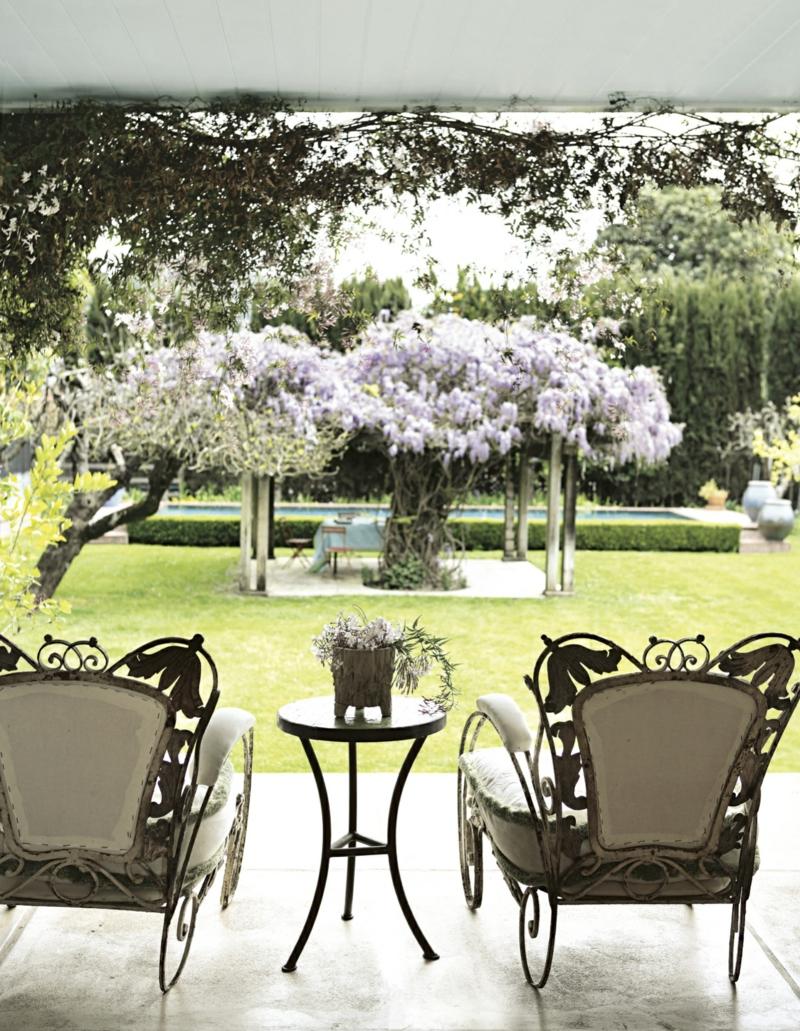 kreative Gartenideen Haus mit Veranda Gartenmöbel Stühle