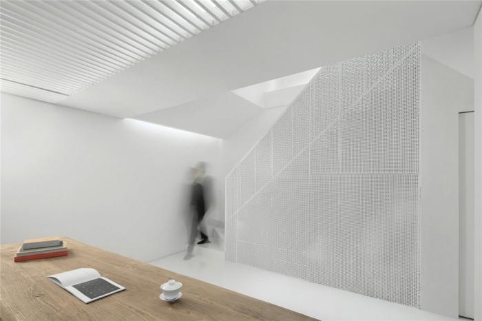 lochbleche inneneinrichtung innendesign weißes treppenhaus