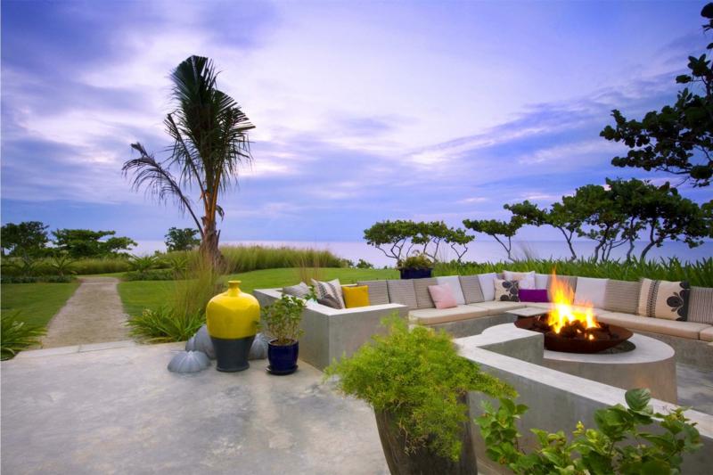 mediterraner Garten Feuerstelle bauen gemütliche Sommerabende Sofa