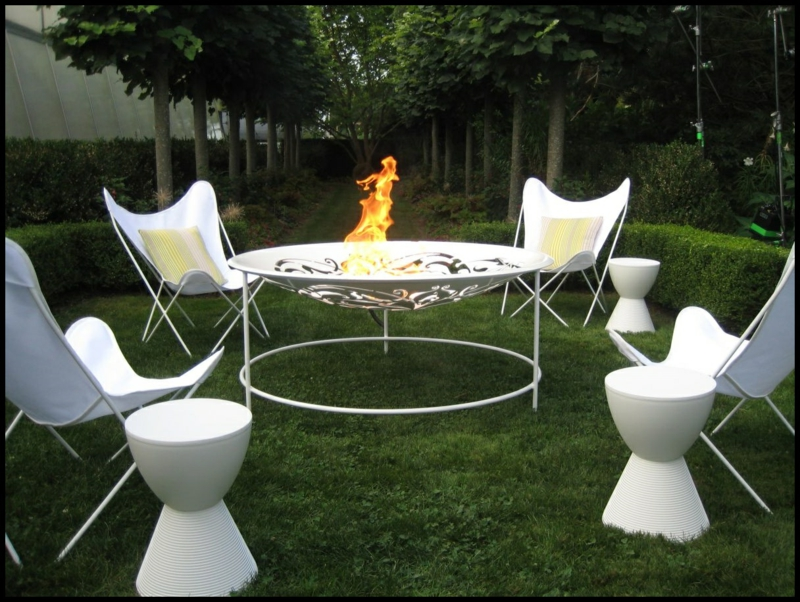 moderne Feuerstelle GartengestaltungIdeen Feuerschale weiß