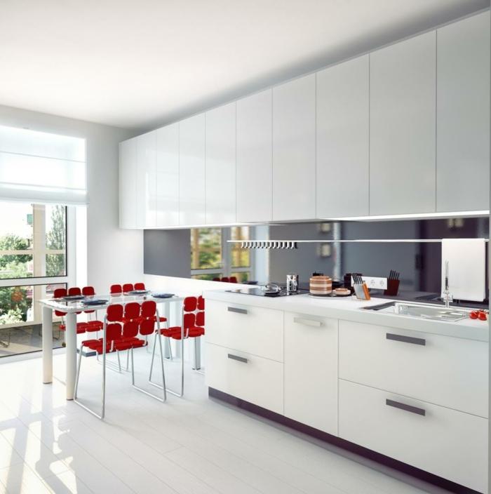 moderne kücheneinrichtung weiße küchenschränke küchengestaltung rote designer stühle esstisch