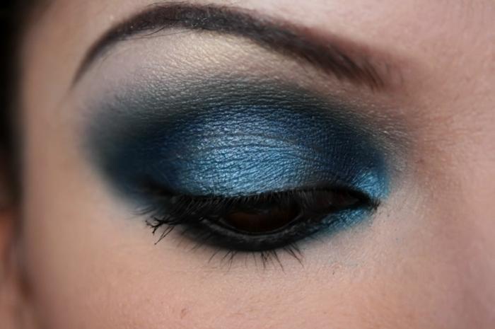 smokey eyes schminken schminkanleitung schminktipps braune augen blaue lidschatten