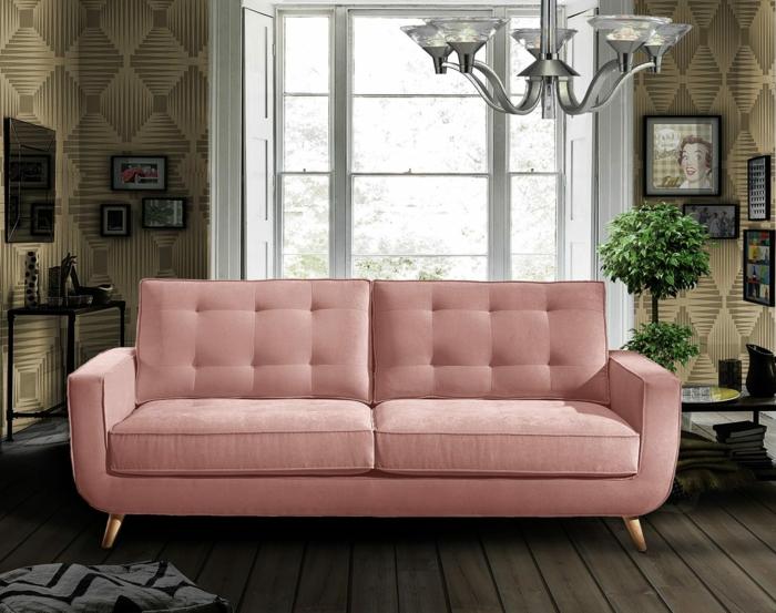 sofa chester retro möbel rosa holzdielen wandtapeten geometrische muster