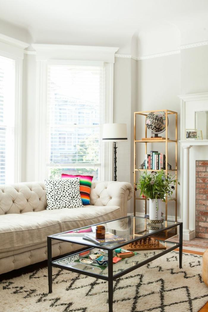 sofa chesterfield weiß teppichmuster glastisch pflanze
