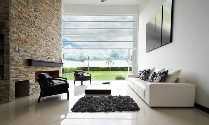steinwand wohnzimmer moderne feuerstelle weißes sofa panoramafenster