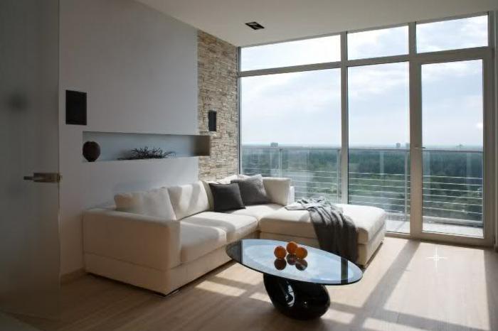 steinwand wohnzimmer ovaler couchtisch panoramafenster