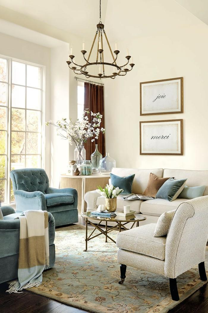 teppich wohnzimmer blaue sessel helle wände