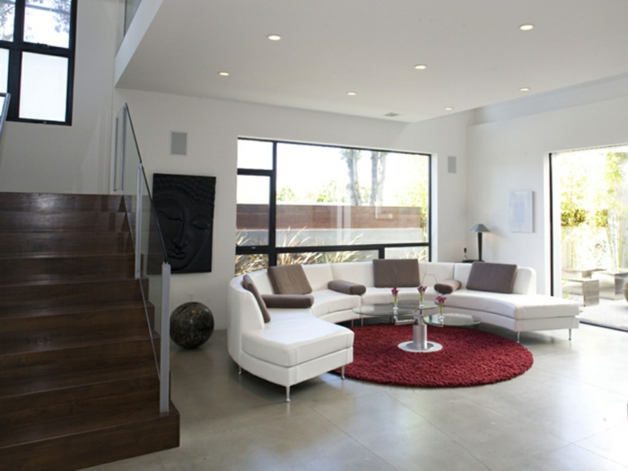 teppich wohnzimmer rund rot weißes sofa innentreppe