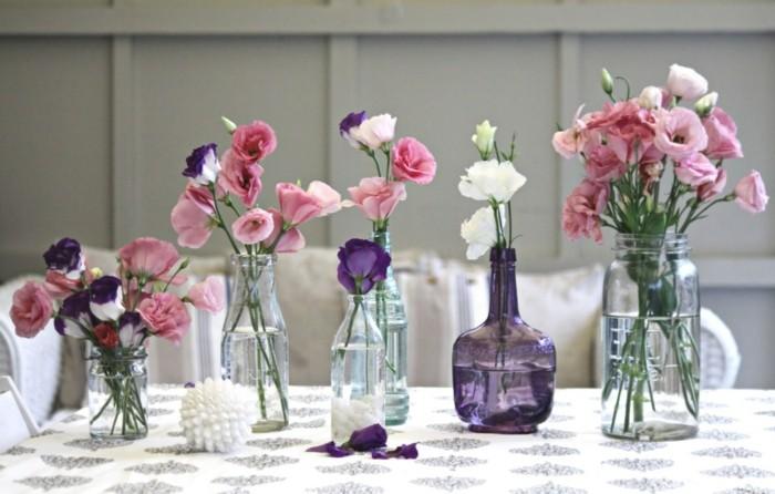 tischdeko blumen in gläsernen vasen schaffen einen festlichen und nahtlosen look