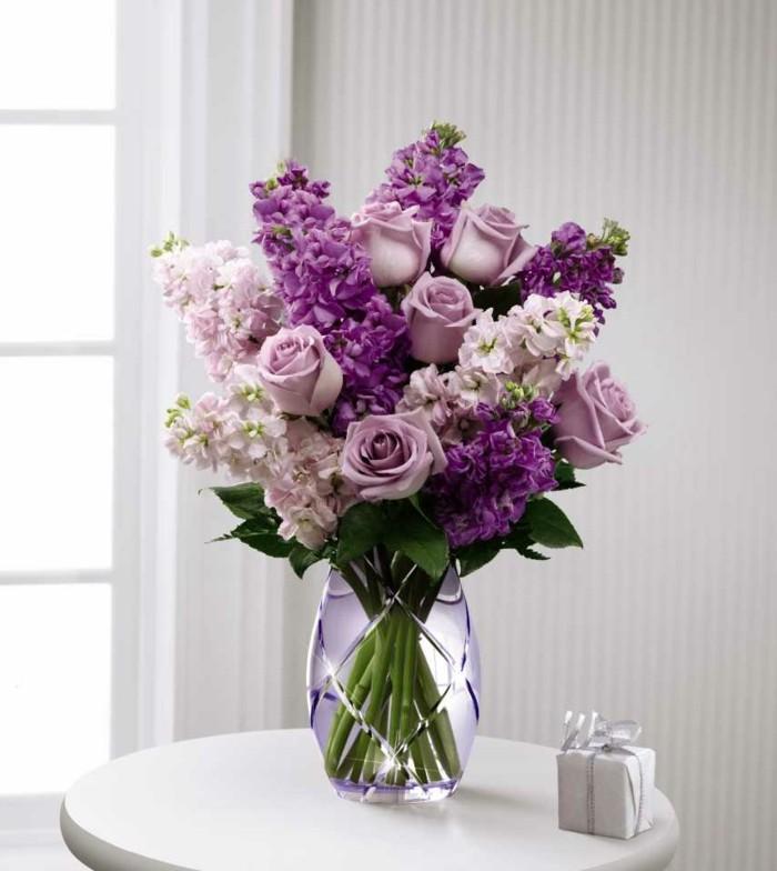 tischdeko blumen in schöner vase fesseln den blick