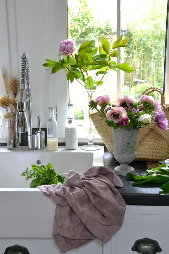 tischdeko dekoideen mit blumen in vasen für die küche