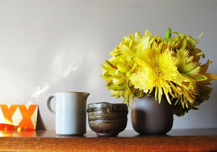 tischdeko dekorieren mit blumen gelb frisch