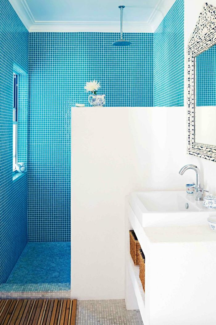 wandgestaltung bad blaue badfliesen weiße wände wandspiegel[R