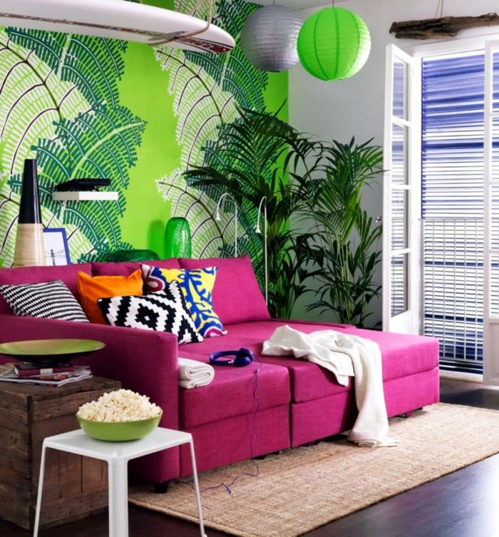 wandtapeten wohnzimmer grüne tapete lila sofa