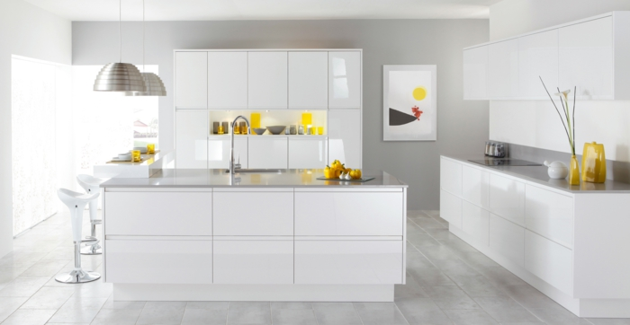 weiße küche küchengestaltung modern pendelleuchten metall matt küchenschränke minimalistish