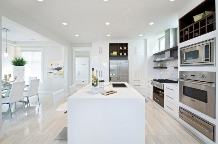 weiße küchengestaltung kücheninsel eingebaute küchengeräte esstisch stühle