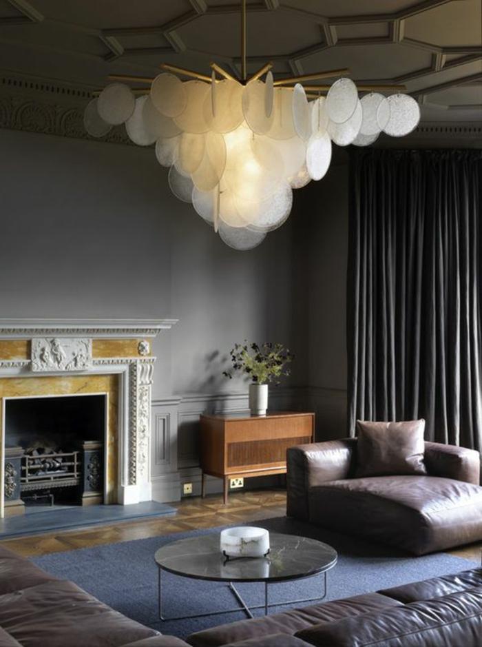 wohnideen leuchter wohnzimmer beleuchten blauer teppich ledermöbel
