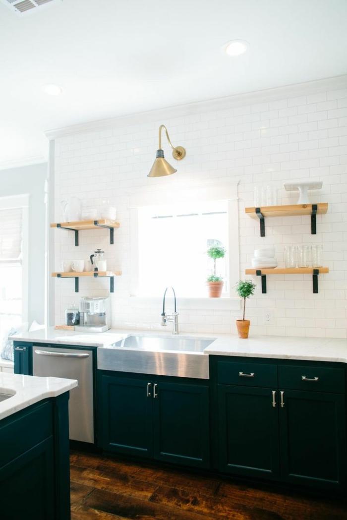 wohnung einrichten grüne küchenschränke bodenbelag holztextur