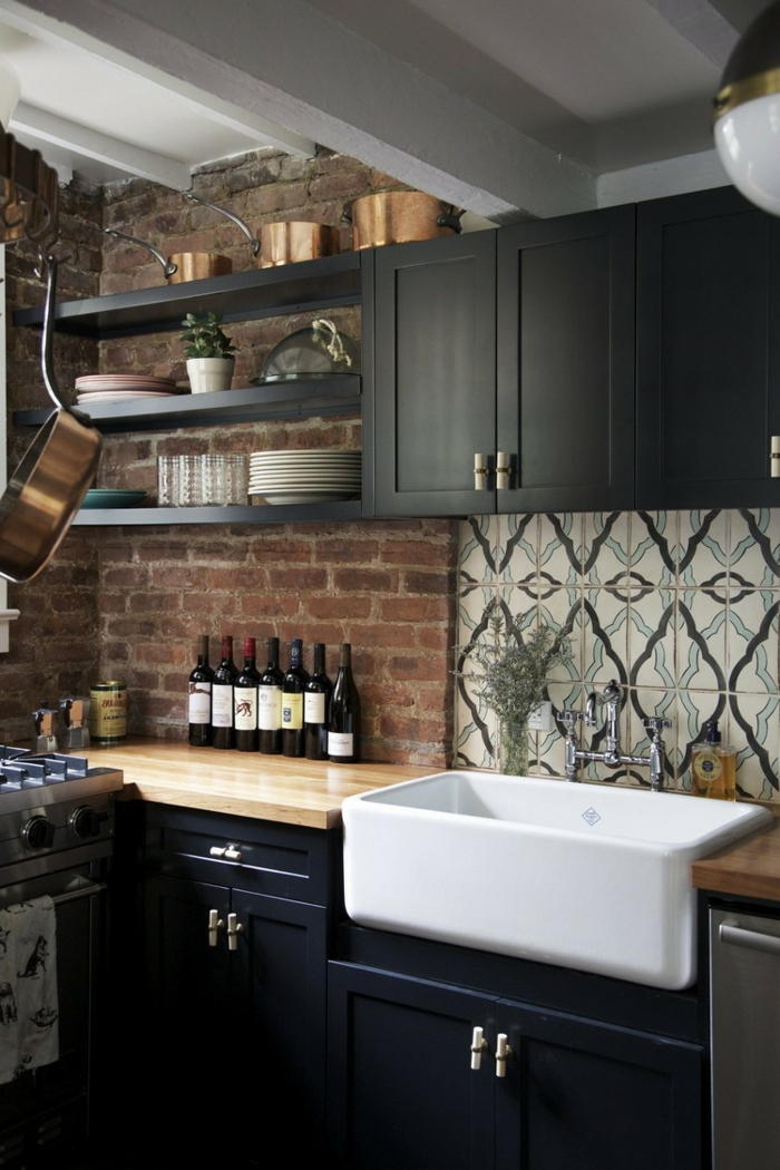 wohnung einrichten wohnideen küche schwarze küchenschränke ziegelwand