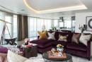 wohnzimmer-modern-einrichten-lila-ecksofa-runder-couchtisch