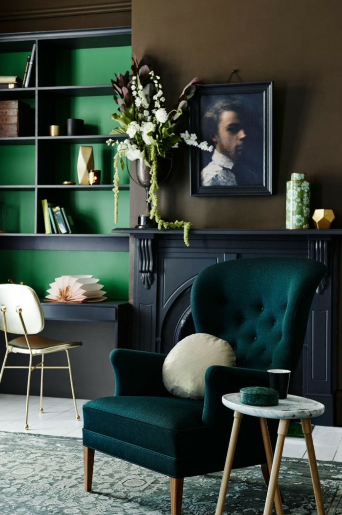 wohnzimmer sessel dunkelgrün offene wandregale edle einrichtung