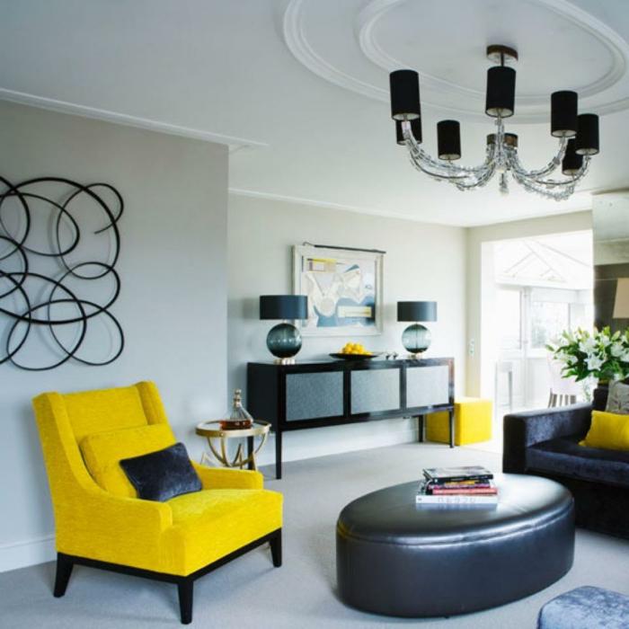 wohnzimmer sessel gelb schwarzes sofa helle wände