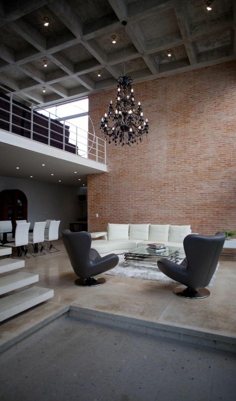 wohnzimmer ziegelwand:wohnzimmer sessel schwarze sessel weißes sofa ziegelwand leuchter