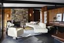 wohnzimmer-steinwand-bodenfliesen-retro-möbel