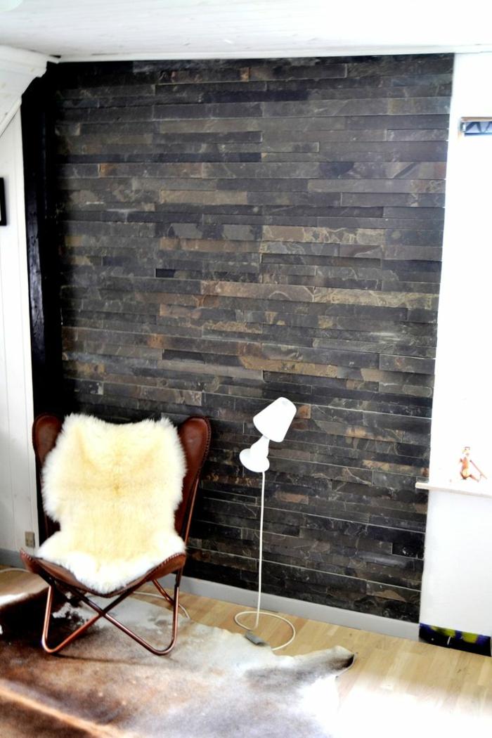 Moderne Steinwande Wohnzimmer steinwand wohnzimmer stehlampe innentreppe moderner wohnbereich Wohnzimmer Steinwand Sessel Fell Fellteppich