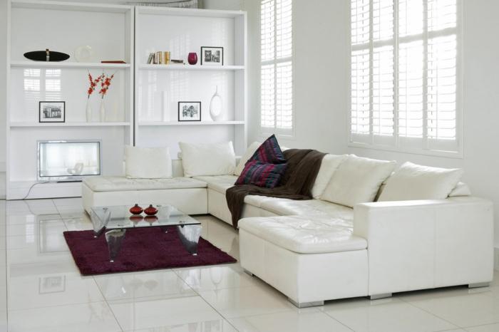 wohnzimmereinrichtung ideen weißes sofa lila teppich weiße bodenfliesen