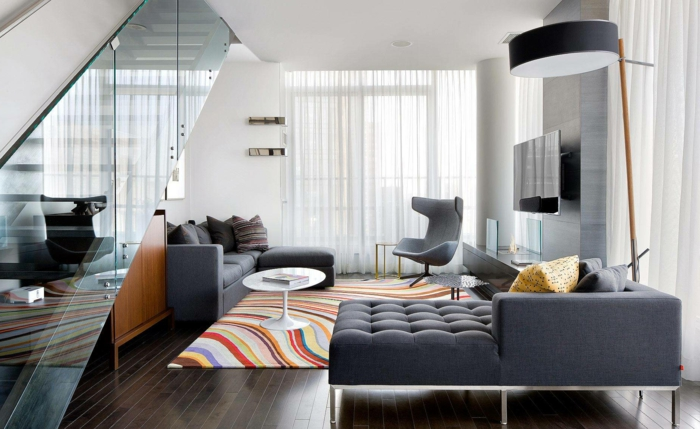 wohnzimmerteppich bunter teppich graue möbel innentreeppen