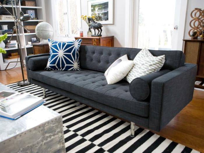 wohnzimmerteppich schwarz weiße streifen und grauessofa