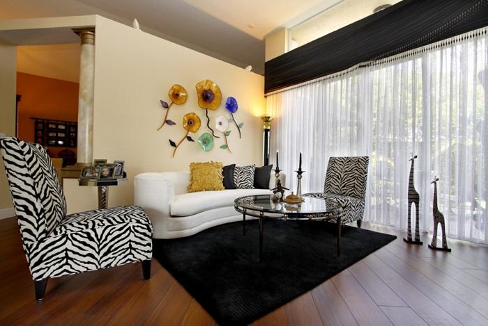 wohnzimmerteppich schwarzer teppich weißes sofa zebra sessel