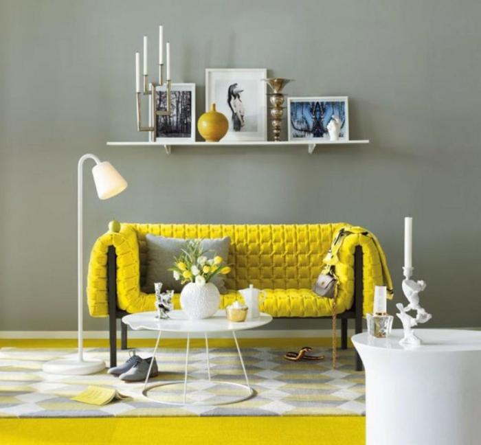 wohnzimmerteppich teppichmuster gelbes sofa stehlampe