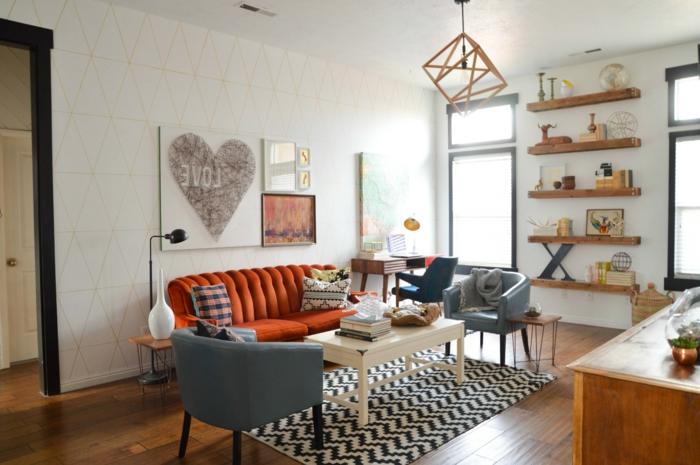wohnzimmerteppich teppichmuster weiß schwarz oranges sofa ofene regale