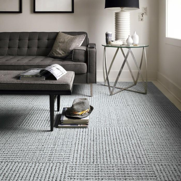 wohnzimmerteppich trendiger hellgrauer teppich und dunkle sitzmöbel