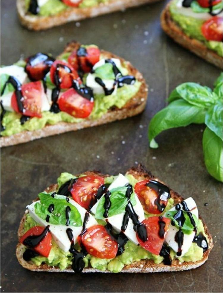 Avocado Gerichte zubereiten belegte Brötchen gesundes Essen