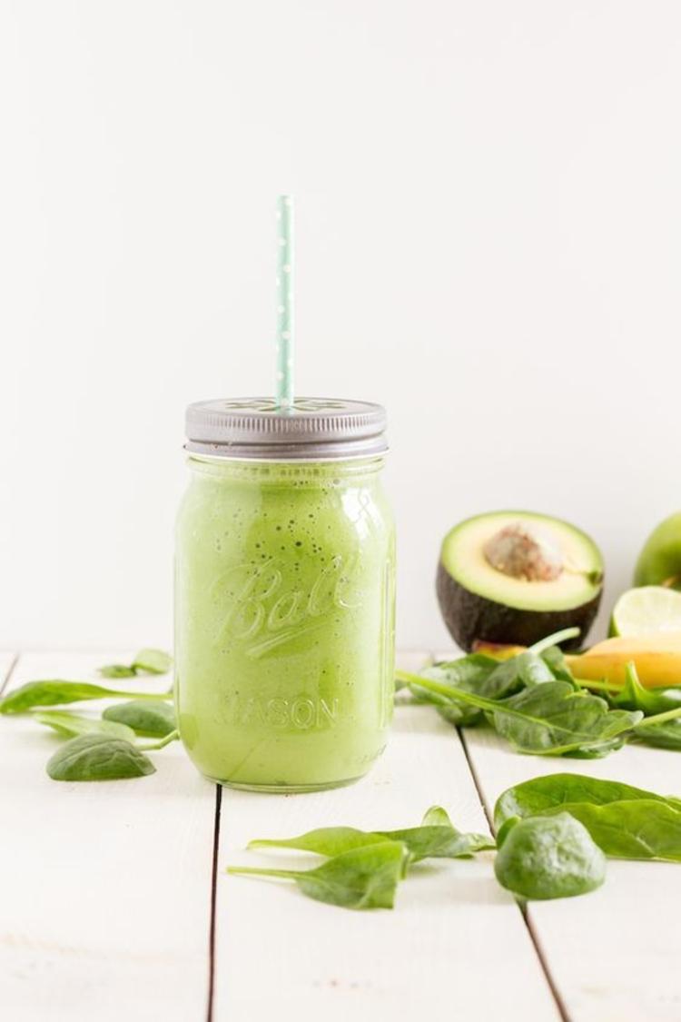 Avocado Gerichte zubereiten grüne Smoothies mit Avocado