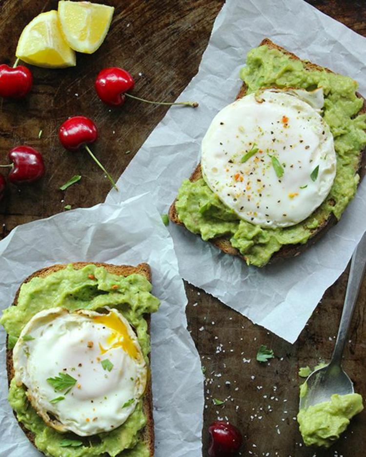 Avocado Rezepte Aufstrich belegte Brötchen pchierte Eier
