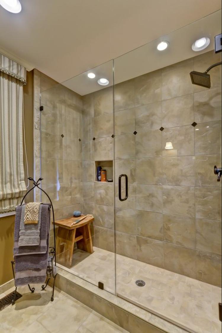 Badeinrichtung Dusche Glaswände Badezimmerfliesen Travertin Fliesen