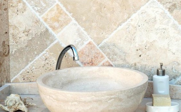 Badezimmerfliesen-Travertin-Fliesen-Badgestaltung-Waschbecken