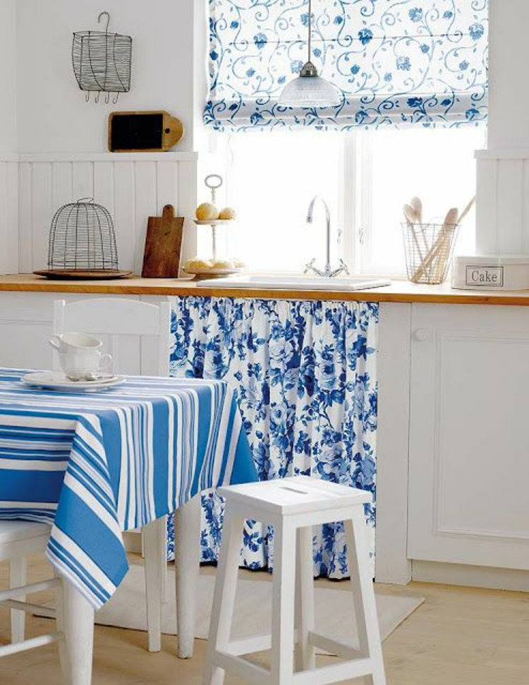 Fensterdeko Ideen Küche Zimmerpflanzen blaues Faltrollo