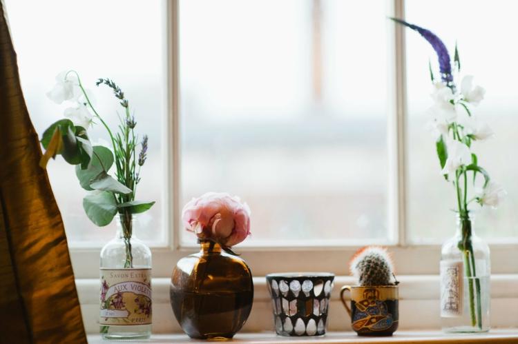 Fensterdeko Ideen Küche Zimmerpflanzen und schöne Schnittblumen Deko Vasen