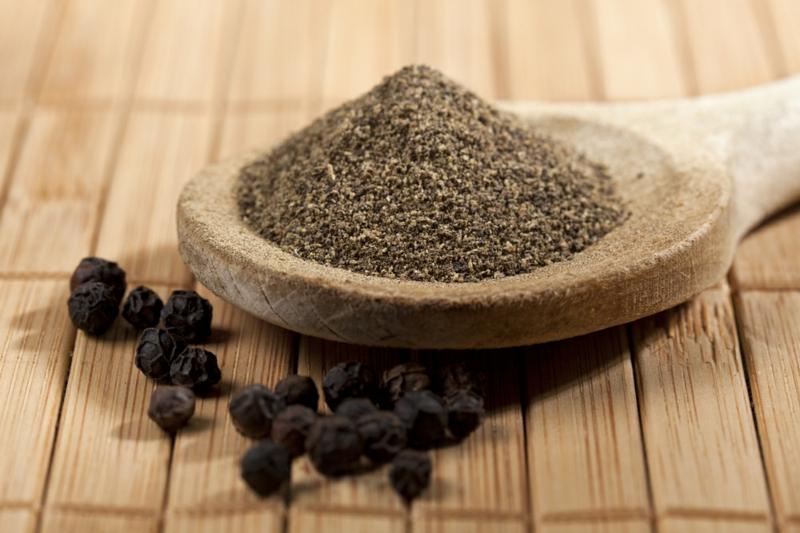 Lebensmittel die fett verbrennen schwarzer Pfeffer gesunde Ernährung