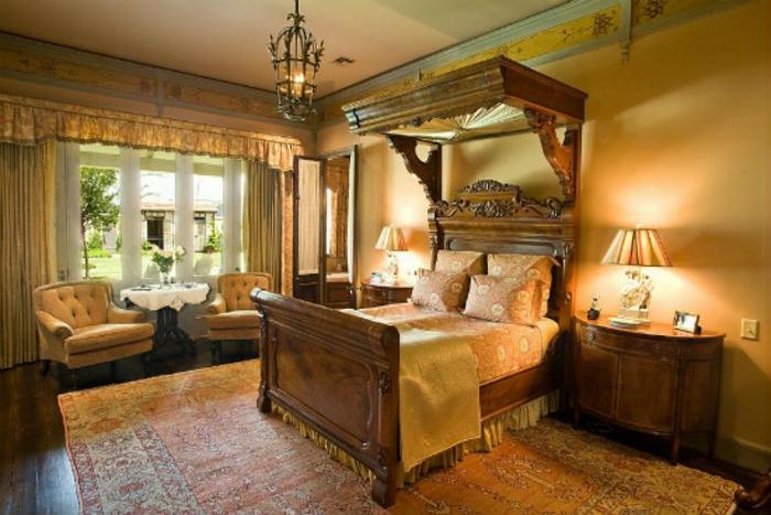 Schlafzimmer einrichten Einrichtungsbeispiele viktorianischer Stil antike Möbel Holz
