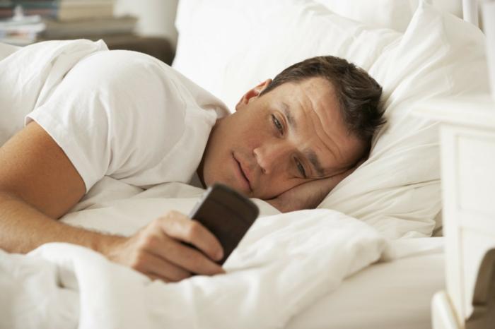 besser schlafen bett mann handy elektrosmog